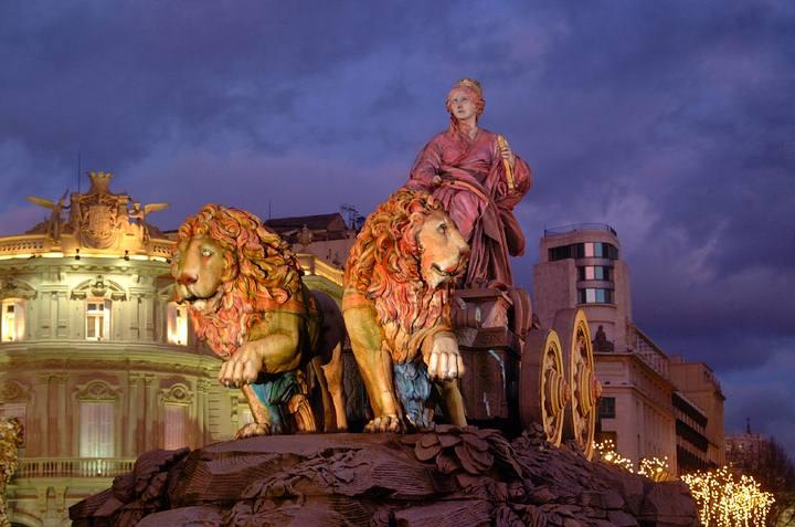 Cibeles, con el Palacio de Linares al fondo (Madrid, España).
