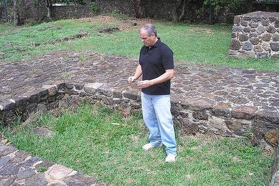 """Gustavo Fernández midiendo radiestésicamente las energías de la """"Fosa de los Muertos"""", en Teopanzolco."""