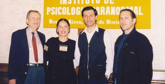 De izq. a der. Stanley Krippner, Vera Barrionuevo, Alejandro Parra y Tarcísio Pallú en un coffee-breack durante el Segundo Encuentro Psi, en Noviembre 1998.