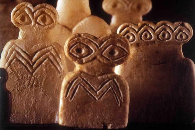 """Fotografía que corresponde a unos dioses ídolos, datados en el 4º milenio a.C. Se encontraron más de 300 """"ídolos del Ojo"""" y miles de otras piezas en el Templo de Tell Brak, Mesopotamia."""