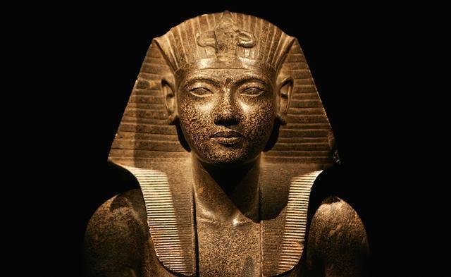 Los faraones fueron considerados seres casi divinos durante las primeras dinastías y eran identificados con el dios Horus.