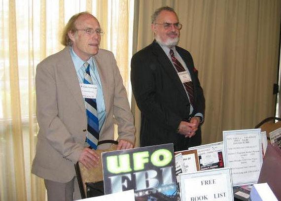 Dr. Bruce Maccabee junto a Stanton Friedman en firma de libros.
