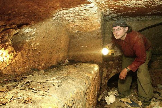 Simcha Jacobovici dentro de la tumba Talpiot examinando un nicho funerario.