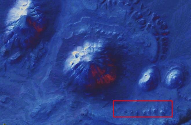 Una fila de lo que podrían ser mastabas, puede observarse cerca de los montículos en esta imagen en falso color.