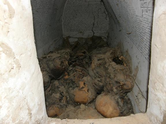 Entrada a la cripta con momias e inscripciones.