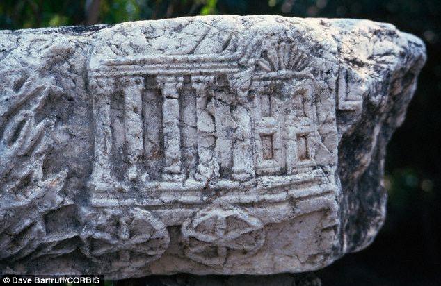 Dibujo del Arca de la Alianza grabado en piedra.