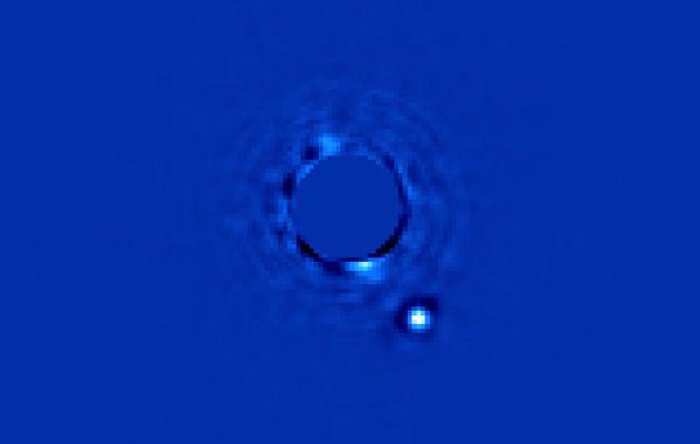 La semana pasada un equipo de astrónomos del Gemini Planet Imager en Chile dieron a conocer esta foto. El pequeño punto abajo a la derecha es un planeta a 63 años luz llamado Beta Pictoris b, el cual orbita la estrella Beta Pictoris en la constelación austral de Pictor.