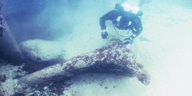 Buzo inspecciona los restos de un árbol de 11,000 años.