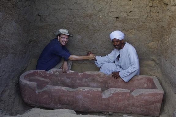 En una de las cámaras funerarias los arqueólogos hallaron un sarcófago de arenisca pintado de rojo, el cual había sido creado para un escriba llamado Horemheb.