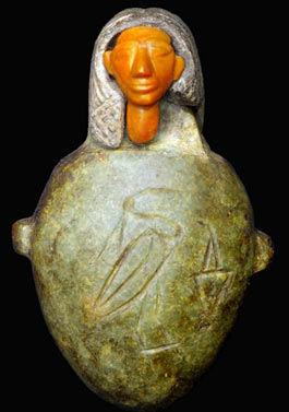 Amuleto de jaspe en forma de corazón.