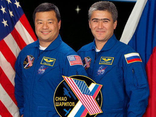Leroy Chiao junto a su colega Salizhan Sharipov.