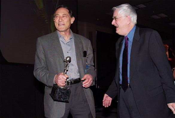 Dr. John Mack junto al investigador Budd Hopkins (2003).