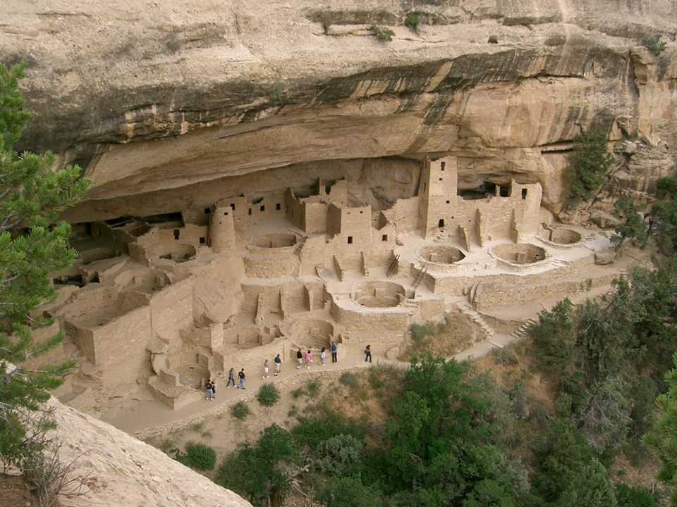 MESA VERDE es un parque nacional de los Estados Unidos, declarado Patrimonio de la Humanidad por la Unesco en 1978. Está situado en el sudoeste de Colorado, y contiene habitaciones y aldeas construidas por los Anasazi.