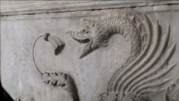 Un dragón (Dracul) puede ser observado entre los bajorrelieves de la tumba.