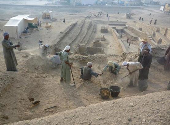 Arqueólogos trabajando en la excavación de la necrópolis Dra Abu el-Naga.