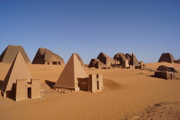 Pirámides de Meroe, necrópolis de Begrawiya, Sudán. Las pirámides son pequeñas (la más grande no llega a los 20 m de base). Fueron excavadas de 1909 a 1914, de 1920 a 1923 y de 1974 a 1976.