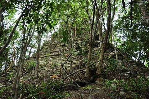 Los restos de un templo piramidal en la ancestral ciudad maya de Lagunita. Crédito: Ivan Sprajc