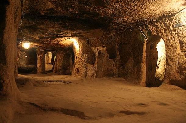 Localizada en la región de Capadocia, Derinkuyu es conocida por ser la de mayor atracción turística de las 37 ciudades subterráneas abandonadas de esta región.