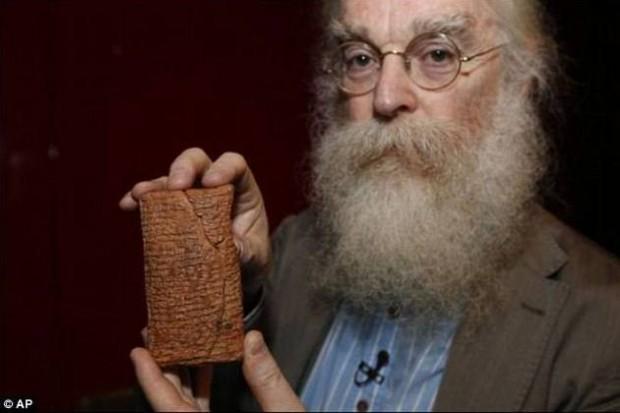 Dr Irving Finkel, cuidador del Departamento de Medio Oriente del Museo Británico, junto con la tablilla de arcilla que hace mención del diluvio y el arca.