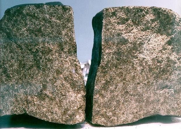 Dos lados del meteorito Nakhla.