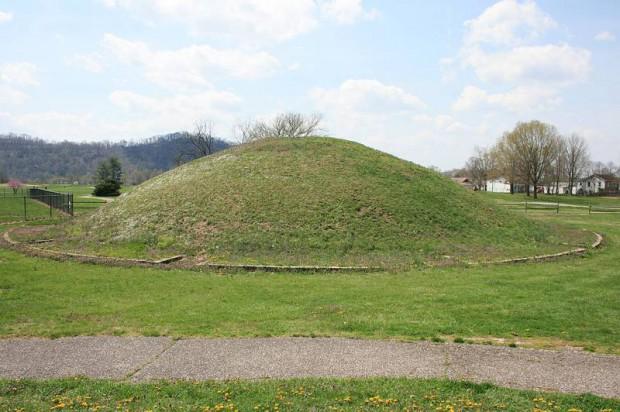 El montículo de Poorhouse, también llamado el Montículo del Instituto, está ubicado en la Reserva Indígena Shawnee, en Dunlap, West Virginia. En 1884, el Smithsoniano halló 2 esqueletos gigantes de más de 2 metros dentro de este montículo.
