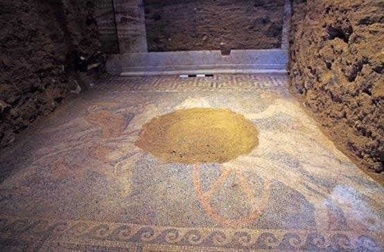 Si bien una sección del mosaico se haya dañada, los arqueólogos han recuperado las partes para poder restaurarlo en su totalidad.
