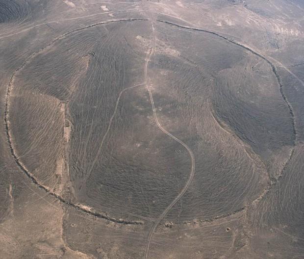 Círculo J2. Conocido como Sirat Umm el-Hayan, está localizado a 5km al oeste de las vía ferroviaria de Hedjaz.