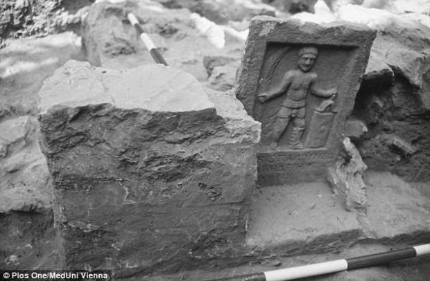 Esta imagen muestra la lápida de un gladiador excavada en el cementerio en Turquía.