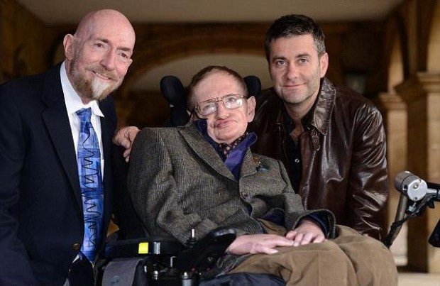 El Dr Kip Thorne junto a Stephen Hawking y el director Stephen Finnigan en el set del documental biográfico 'Hawking: Brief History of Mine' (2013).