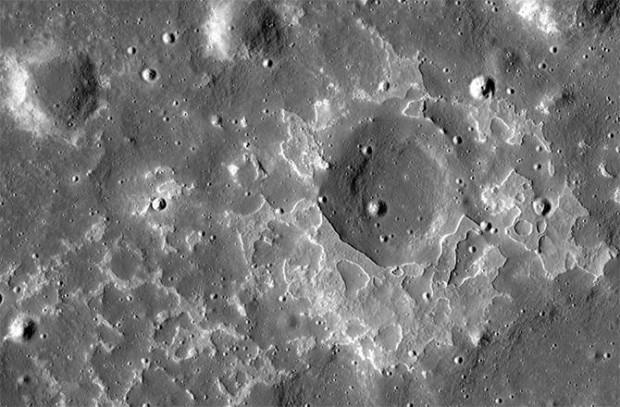 Jóvenes depósitos volcánicos cercanos al cráter Maskelyne, la Luna.