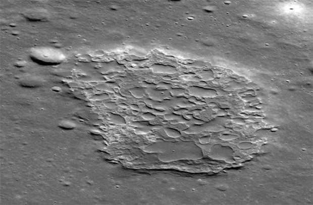 Una vista oblicua de Ina (2 km de largo) tomada por la cámara del LRO.
