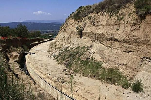 Un muro de mármol rodea el enorme montículo funerario en la colina Kasta, Anfípolis.