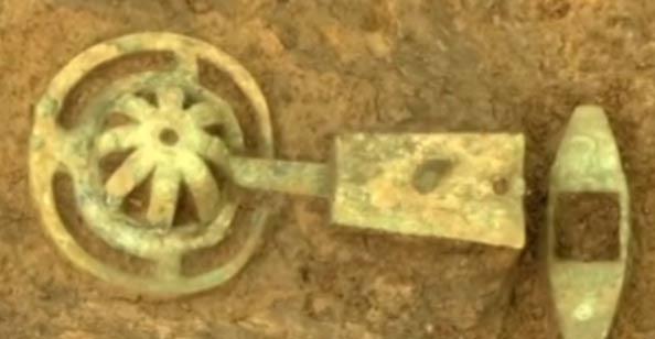 Los arqueólogos desenterraron numerosas partes de carruajes muy bien preservados. Imagen: captura de video en YouTube.