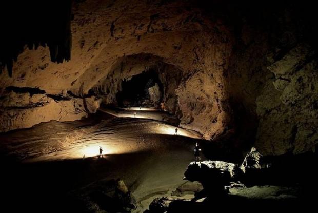 La cueva de Voronia, o Krúbera-Voronya es la más profunda del planeta. Sus enrevesadas y peligrosas galerías se extienden 13.432 metros, y profundizan hasta los 2.197. Allí se ha descubierto una especie de escarabajo adaptado a la vida subterránea.