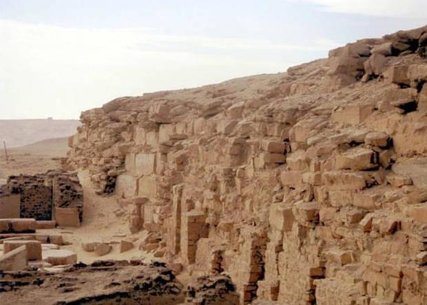 Restos de la pirámide inacabada de Neferefre.