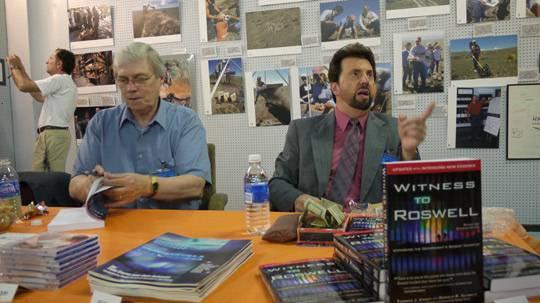 Don Schmitt (derecha) y Tom Carey firmando libros y hablando con visitantes del Museo OVNI en Roswell.