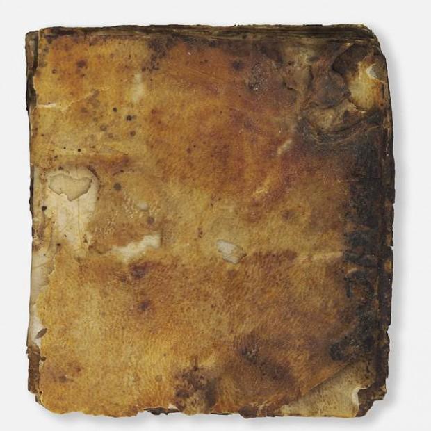 El singular manuscrito aún conserva su cubierta de cuero original.