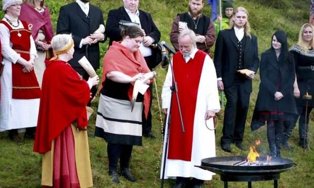 El supremo sacerdote Hilmar Orn Hilmarsson y sus seguidores de la Asociación Asatru atienden a una ceremonia en el Parque Nacional Pingvellir, cerca de Reykjavik.