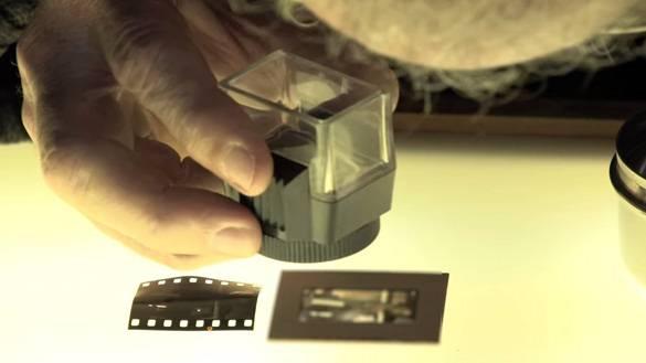 Captura de la escena del video en donde aparece la diapositiva sobre una mesa.