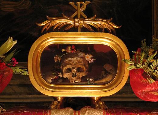 El adornado cráneo de San Valentín se exhibe en la Basílica de Santa María en Cosmedin, Roma. A principios del siglo XIX, se encontraron restos y reliquias asociadas al santo en unas catacumbas cercanas a Roma. Otras piezas del esqueleto pueden hallarse en República Checa, Escocia, Irlanda, Inglaterra y Francia.