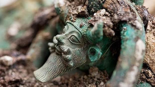Ornamento del caldero con la efigie del dios griego Aqueloo, de hace 3000 años.