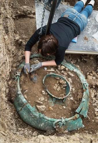 Imagen parcial de la excavación en donde puede apreciarse el tamaño del caldero celta.