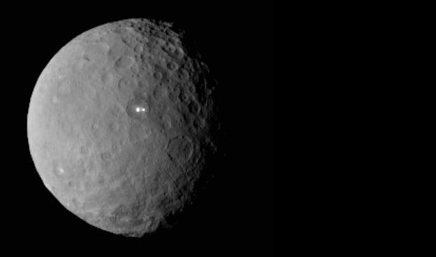 Los otrora misteriosos puntos brillantes de Ceres. Ahora se sabe que son criovolcanes.