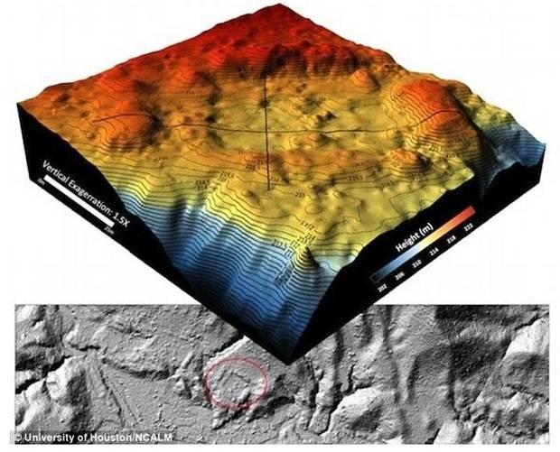 Mapa topográfico 3D que muestra una estructura artificial en forma de plaza  (marcada en rojo).