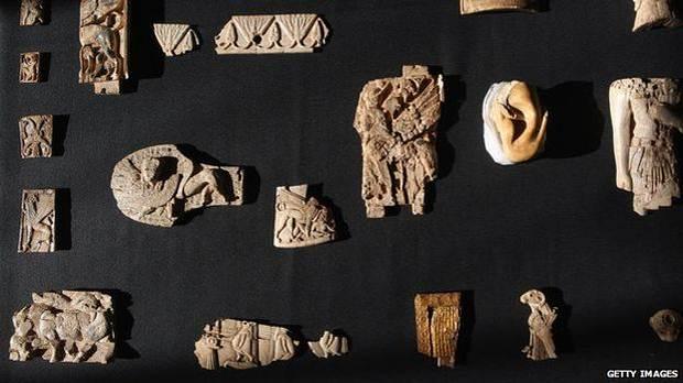 Muchas piezas descubiertas en Nimrud fueron enviadas a museos en Bagdad o al exterior, como estas hechas de marfil que se encuentran en el Museo Británico.
