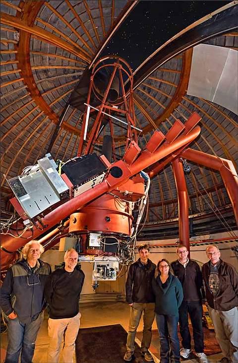 El equipo de NIROSETI frente al nuevo detector infrarrojo dentro del domo del Observatorio Lick.