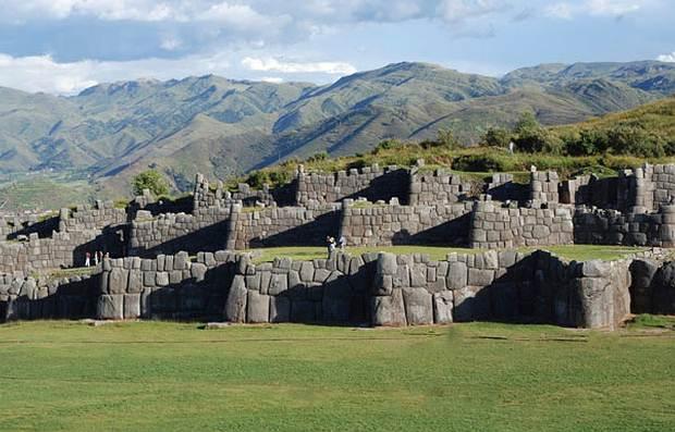 El espacio que abarcan las construcciones de Sacsayhuamán es particularmente grande; lo que más llama la atención son los tres muros de piedra que sugieren la figura de la fortaleza.