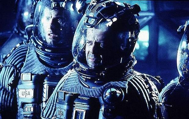 En la película Armageddon (1998), Bruce Willis debe volar hasta un asteroide para destruirlo con una bomba y salvar a la Tierra de un destino fatal.
