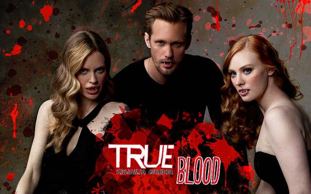 'True Blood' es una serie de televisión original de HBO creada por Alan Ball, basada en la franquicia 'The Southern Vampire Mysteries' de Charlaine Harris. Su argumento se centra en un conservador pueblo de Luisiana llamado Bon Temps, y en cómo su gente debe adaptarse y enfrentarse a los cambios que se han producido en la sociedad desde que los vampiros salieron a la luz pública.