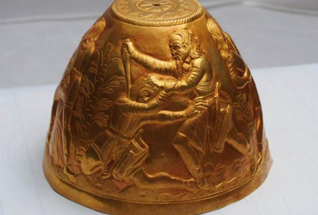 La dramática escena de un hombre de cierta edad masacrando a un joven puede hacer referencia a las «Guerras Bastardas» de las que habla Heródoto.